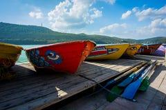 Boten op de kust van meer Abrau Stock Afbeeldingen