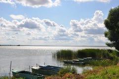 Boten op de kust van Nero-meer in Rostov Groot Royalty-vrije Stock Foto