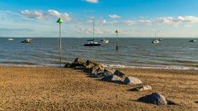 Boten op de kust van de Rivier Theems Stock Afbeeldingen
