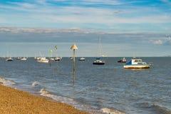 Boten op de kust van de Rivier Theems Stock Foto