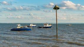 Boten op de kust van de Rivier Theems Royalty-vrije Stock Foto