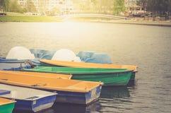 Boten op de meertros op de meer/het lopen boten op het meer royalty-vrije stock foto