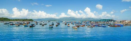 Boten op de overzeese kust Stock Foto