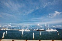 Boten op de pijler Boten op het overzees Royalty-vrije Stock Foto