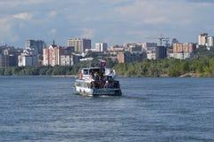 Boten op de rivier Ob Stock Afbeeldingen