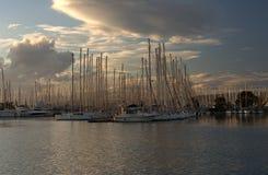 Boten op dok in zonsondergang Royalty-vrije Stock Fotografie
