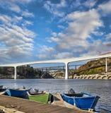 Boten op Douro-rivier en bruggen in Porto Stock Afbeelding