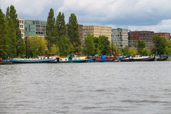 Boten op een kanaal in Amsterdam nederland Royalty-vrije Stock Afbeeldingen