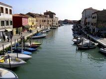 Boten op een kanaal in Venetië Stock Foto's
