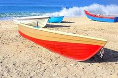 Boten op een strand Stock Afbeeldingen
