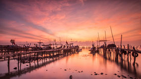 Boten op een zandig strand bij zonsondergang worden geparkeerd die royalty-vrije stock fotografie