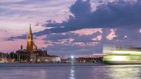 Boten op Grand Canal en Basiliek Santa Maria della Salute, de dag van San Giorgio Maggiore Island aan nacht timelapse, Venezia stock footage