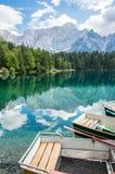 Boten op het alpiene meer dichtbij Italain-grens met dramatische hemel, Meer Fusine Royalty-vrije Stock Foto's