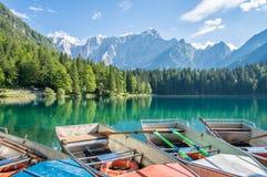 Boten op het alpiene meer dichtbij Italain-grens met dramatische hemel, Meer Fusine Stock Fotografie