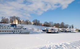 Boten op het bevroren meer Saima. Lappeenranta stock afbeeldingen