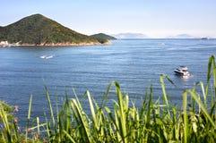 Boten op het blauwe overzees van Hong Kong Island stock foto's