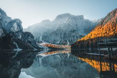 Boten op het Braies-Meer Pragser Wildsee in Dolomietbergen stock foto