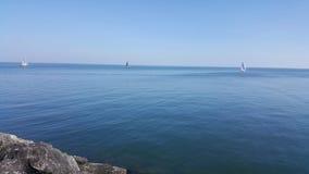Boten op het meer in de zomer bij middag royalty-vrije stock afbeeldingen