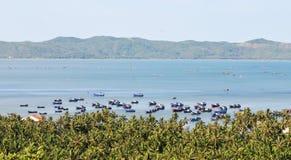 Boten op het overzees in Nha Trang, Vietnam stock foto