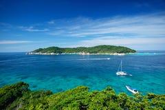 Boten op het overzees van phuketeiland, similan eiland royalty-vrije stock afbeeldingen