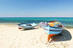Boten op het strand Stock Afbeeldingen
