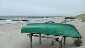 Boten op het strand van Oostzee naast dorp graal-Muertz Duitsland stormachtige dag in de herfst stock videobeelden