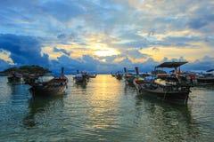 Boten op kust met zonsondergangachtergrond Stock Afbeelding