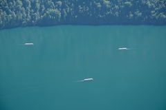 Boten op meer nabijgelegen Schonau am Konigssee, Duitsland Stock Afbeeldingen