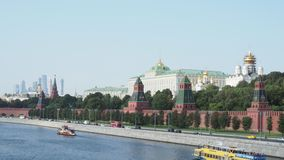 Boten op Moskva-Rivier dichtbij de Dijk van het Kremlin in Moskou stock footage