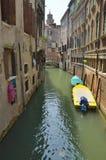 Boten op smalle waterweg Stock Fotografie