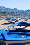 Boten op strand in de zomerdag, Sicilië Stock Foto