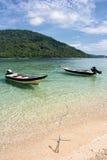 Boten op Tropisch Strand Stock Foto