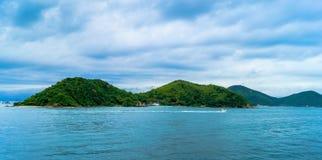 Boten op zee tegen de rotsen in Thailand Royalty-vrije Stock Foto's
