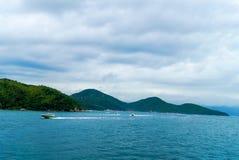 Boten op zee tegen de rotsen in Thailand Royalty-vrije Stock Afbeeldingen