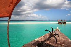 Boten op zonnige zandbank royalty-vrije stock foto