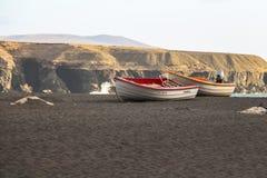 Boten op zwart zandstrand van Ajuy, Fuerteventura royalty-vrije stock foto