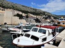Boten in Oude de Stadsbaai van Dubrovnik stock foto's