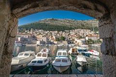 Boten in oude de stadsjachthaven van Dubrovnik royalty-vrije stock foto's