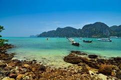 Boten, overzees en klippen bij koh phi-Phi, Thailand Stock Foto
