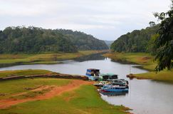 Boten in Periyar-Meer en Nationaal Park, Thekkady, Kerala, India stock foto