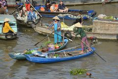 Boten in Phong Dien Floating Market stock afbeelding