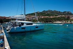 boten in Porto Cervo ` s jachthaven worden vastgelegd die stock afbeeldingen