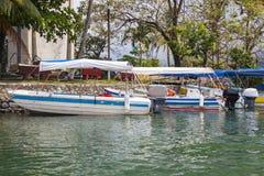 Boten in Rio Dulce, Guatemala worden gedokt dat Royalty-vrije Stock Afbeeldingen