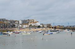 Boten in St Ives haven stock foto