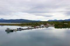 Boten in stil bergmeer worden gedokt, Yukon, Canada dat Stock Fotografie