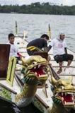 Boten van de sporten de Inheemse die Rij in Lakeshore tijdens Dragon Cup Competition worden geparkeerd royalty-vrije stock fotografie