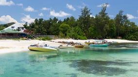 Boten van het zandige strand, Seychellen Stock Fotografie