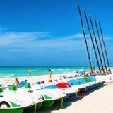 Boten voor huur en toeristen die van het strand van Varadero in Cu genieten Royalty-vrije Stock Afbeeldingen