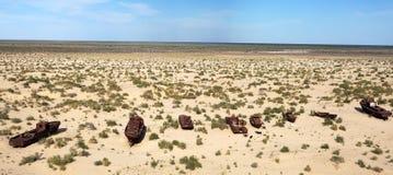 Boten in woestijn - Aral overzees Stock Foto's