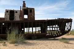 Boten in woestijn - Aral overzees Stock Afbeeldingen
